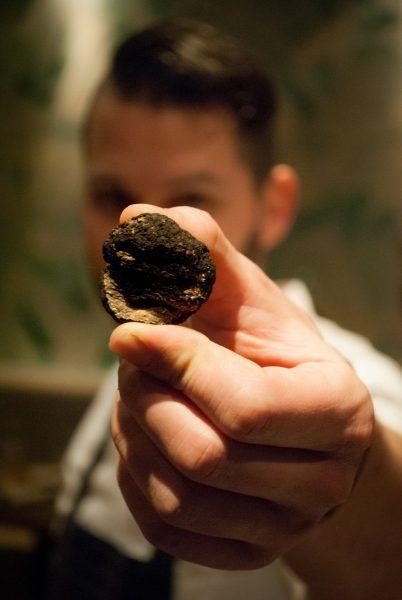 Chef Mcadoo Robert houdt een truffel vast