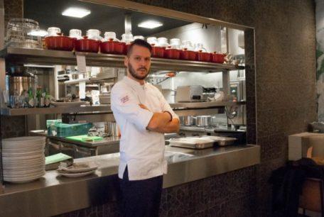 Robert Mcadoo bij de keuken van Florent